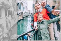 Сумашедше счастливая семья принимает фото selfie на одном из моста в v стоковые фото