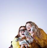 Сумашедше счастливые девушки с деньгами стоковая фотография