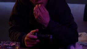 Сумашедший подросток играя видеоигру и принимая лекарство клуба, чувствуя высоко-спешку, наркомана акции видеоматериалы