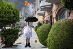 Сумашедший странный человек идет с зонтиком, дождем фантазии стоковое фото