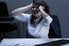 Сумашедшая женщина в офисе Стоковая Фотография