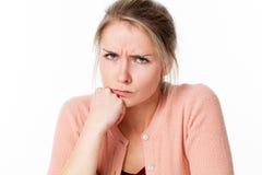 Сумашедшая молодая белокурая женщина быть в дурном настроении, хмурящся ее озлобление Стоковые Изображения