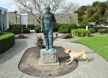 Сумашедшая собака против статуи Стоковое фото RF