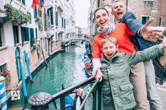 Сумашедше счастливая семья принимает фото selfie на одном из моста в v стоковое изображение