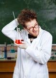 Сумашедший профессор царапает его назад головы Стоковое Изображение RF