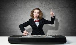 Сумашедший рояль игры женщины Стоковое Изображение RF