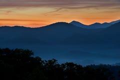 Сумерк, большие закоптелые горы Стоковое Изображение