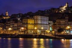 Сумерк на берег реках реки Дуэро в Порту, Португалии Стоковые Фото