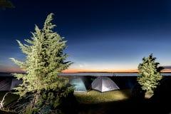 Сумерк над морем с много расположилось лагерем шатры Стоковая Фотография RF