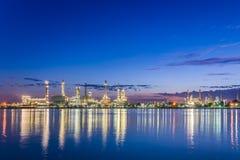 Сумерк на нефтеперегонном заводе вдоль реки стоковая фотография