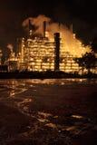 сумерк нефтеперерабатывающего предприятия стоковая фотография rf