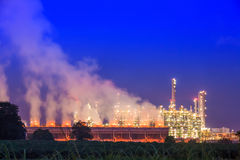 сумерк нефтеперерабатывающего предприятия стоковое изображение rf