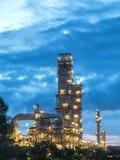 сумерк нефтеперерабатывающего предприятия Стоковые Фото