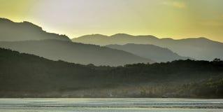 Сумерк перед восходом солнца на океане и горах побережья океана Стоковое Изображение RF