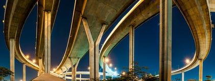 Сумерк под мостом Bhumibol панорамы взгляда Стоковое Фото