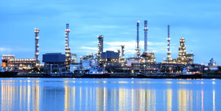 сумерк рафинадного завода завода панорамы зоны Стоковые Фотографии RF