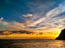 Сумерк, светлое небо после захода солнца на море Стоковые Изображения