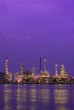 сумерк Таиланда нефтеперерабатывающего предприятия стоковые изображения rf