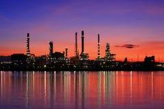 сумерк Таиланда нефтеперерабатывающего предприятия стоковое изображение rf