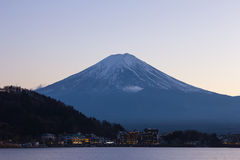 Сумерк Mt Фудзи и города вокруг озера kawaguchi, Японии Стоковая Фотография