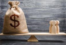 Сумка денег со знаком доллара и люди в масштабах концепция привлекать вклад, сотрудничество дела, crowdfunding стоковое фото