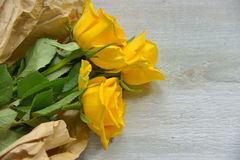 Сумка желтых роз бумажная Стоковое фото RF