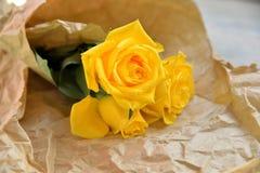 Сумка желтых роз бумажная Стоковые Изображения