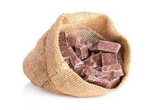Сумка джута с частями шоколада стоковые изображения rf