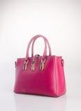 сумка или сумка женщины красного цвета на предпосылке Стоковые Фото