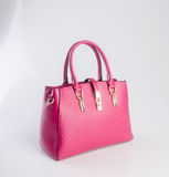 сумка или сумка женщины красного цвета на предпосылке Стоковые Фотографии RF