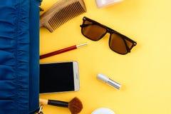 Сумка и косметики плоского положения установленная на бумажное красочном для женщин стоковые фотографии rf