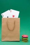 Сумка картона с карточками покера и обломоками покера Стоковые Фото
