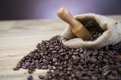 Сумка кофейных зерен на деревянном столе Стоковые Изображения RF