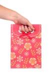 Сумка красного подарка бумажная с ptint цветков. стоковое фото
