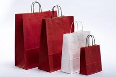 Сумка красного цвета и белой бумаги с ручками для ходить по магазинам Стоковое Фото