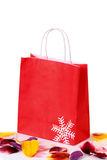 Сумка красных покупок бумажная Стоковое фото RF