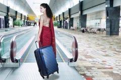 Сумка нося индийской женщины в авиапорте Стоковые Фото