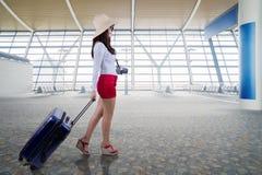 Сумка нося молодой женщины в авиапорте Стоковое Изображение RF