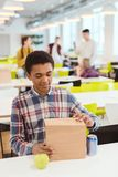 сумка обеда Афро-американского школьника раскрывая стоковая фотография