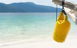 Сумка повиснула на тимберсе против предпосылки пляжа Стоковое Изображение