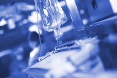 Сумка потека Iv во время хирургии на предпосылке работы хирургической Стоковые Фотографии RF
