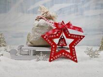 Сумка подарков на розвальнях и деревянное сердце - волшебство рождества Стоковое Изображение RF