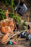 Сумка, пули и шляпа в охотничьем домике Стоковое фото RF