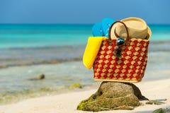 Сумка пляжа лета с раковиной, полотенцем на пляже Стоковые Фотографии RF