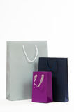 Сумка серебра, черных и фиолетовых бумажная на белой предпосылке Стоковые Изображения