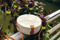 Сумка стильного handmade eco ротанга дружелюбная на тропической предпосылке Остров Бали стоковая фотография