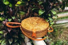 Сумка стильного handmade eco ротанга дружелюбная на тропической предпосылке Остров Бали стоковое фото rf