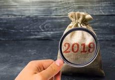 Сумка с деньгами и надписью 2019 Финансовое планирование бюджета Вклады и планы на Новый Год Сохраняя деньги Время стоковое изображение