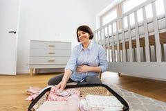 Сумка упаковки беременной женщины для родильного дома стоковое фото rf