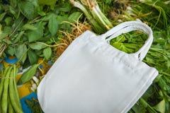 Сумка хлопко-бумажной ткани Eco на свежих овощах покупки рынка свободные пластиковые/нул польз отхода более менее пластиковых стоковые изображения rf